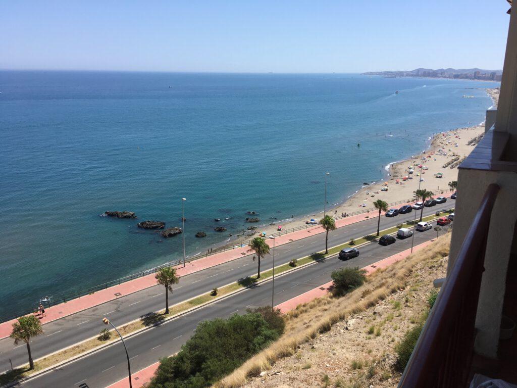 Výhled z balkonu na pláž