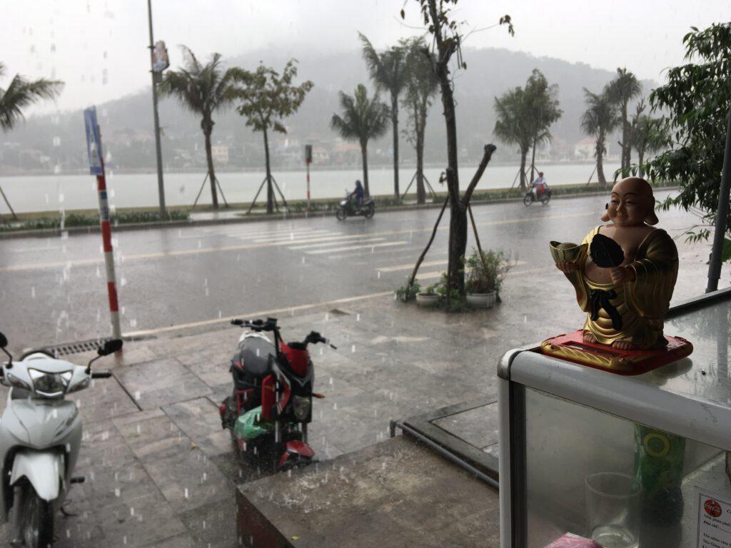 Déšť na Ha Long Bay